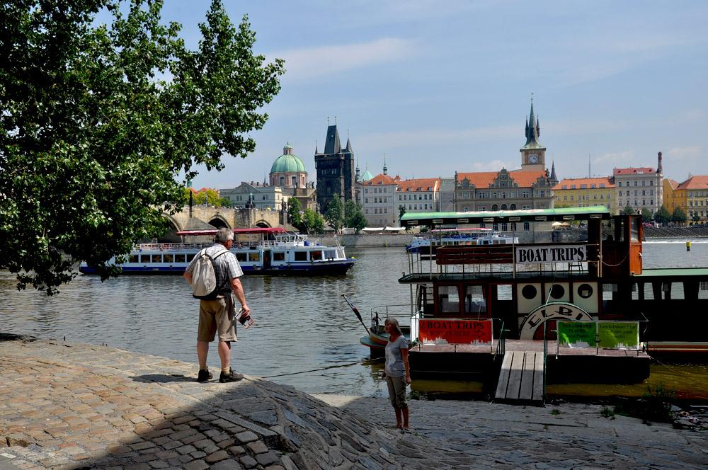"""фото """"разговор у пристани"""" метки: стрит-фото, Европа, Прага, люди"""