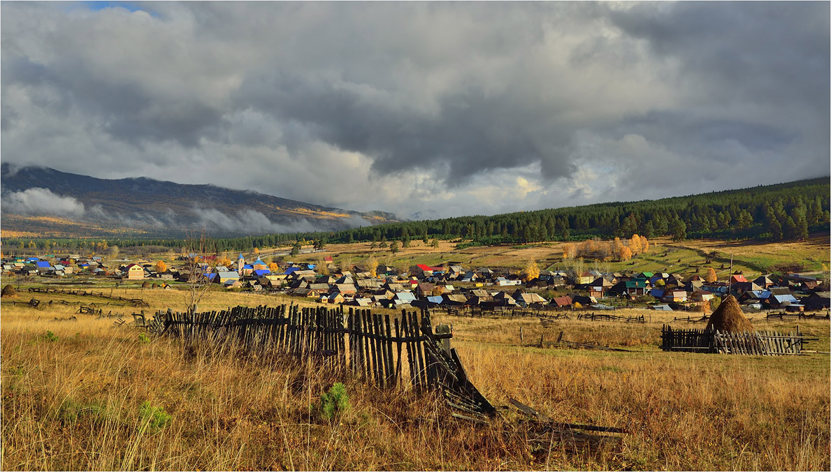 "photo ""***"" tags: landscape, nature, autumn, clouds, morning, mountains, september, village, Тюлюк, заборы, хребты"