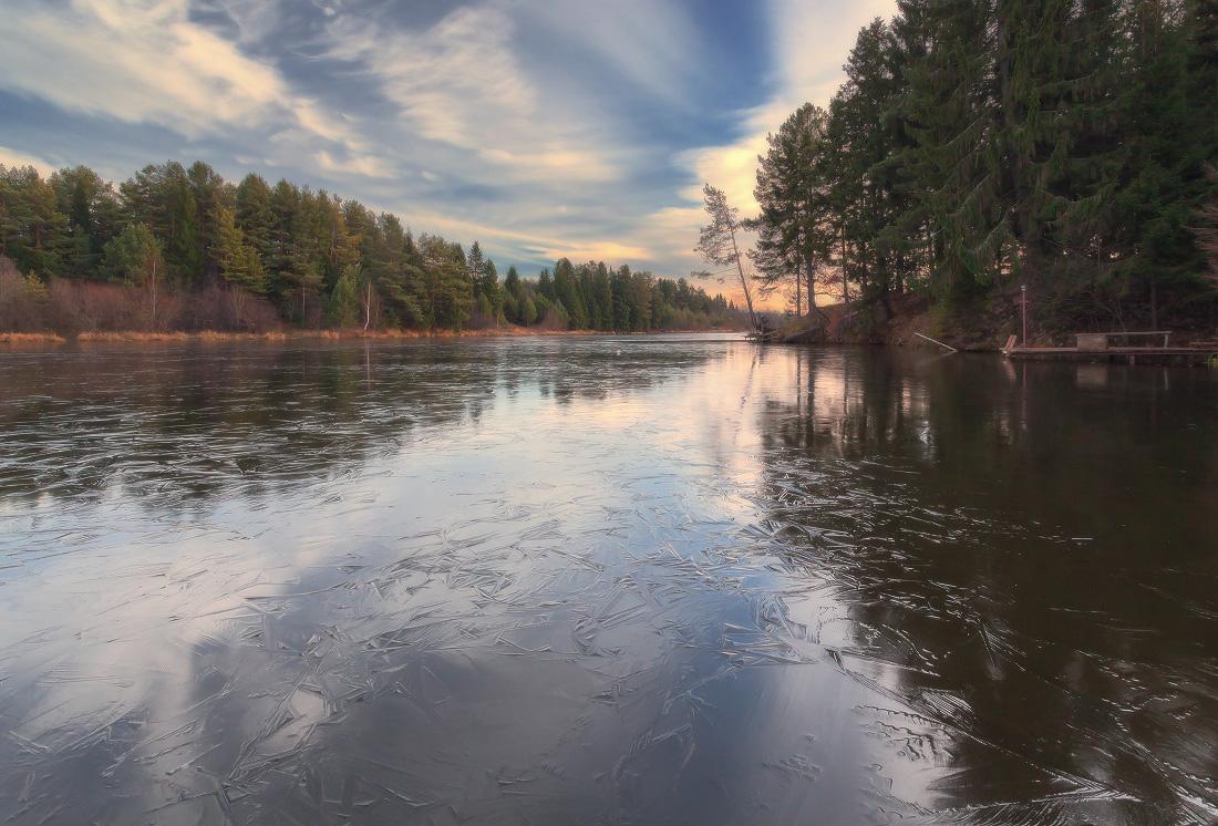 """фото """"Первые морозные узоры"""" метки: пейзаж, лед, лес, мостик, облака, озеро, осень, отражения, узоры"""
