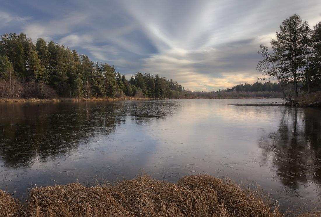 """фото """"Застывшее отражение"""" метки: пейзаж, вечер, деревья. лес, лед, облака, озеро, осень, отражения, трава"""