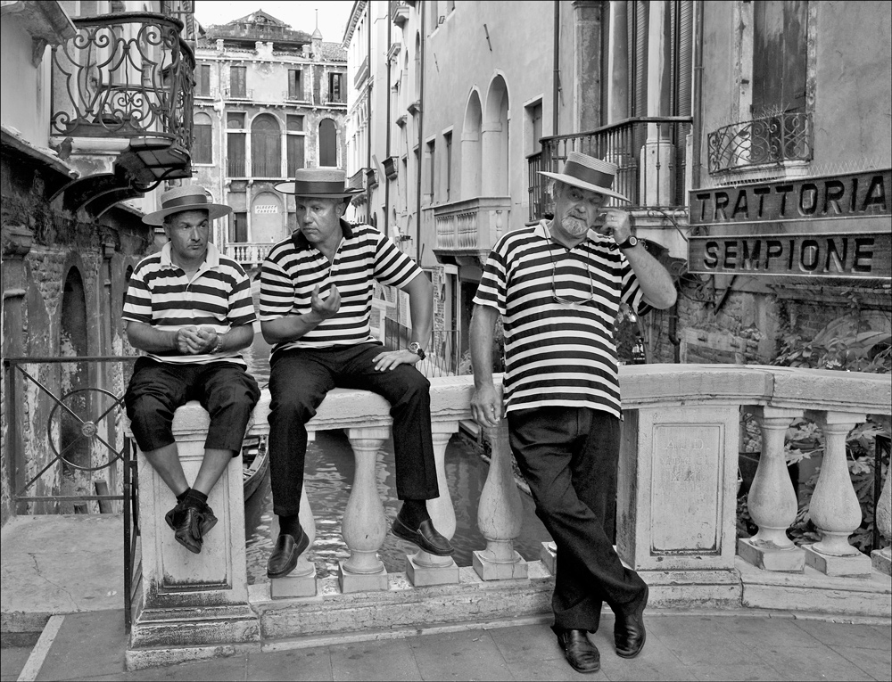 "photo ""Gondolieri"" tags: genre, black&white, street, Italy, Venice, мужчины"