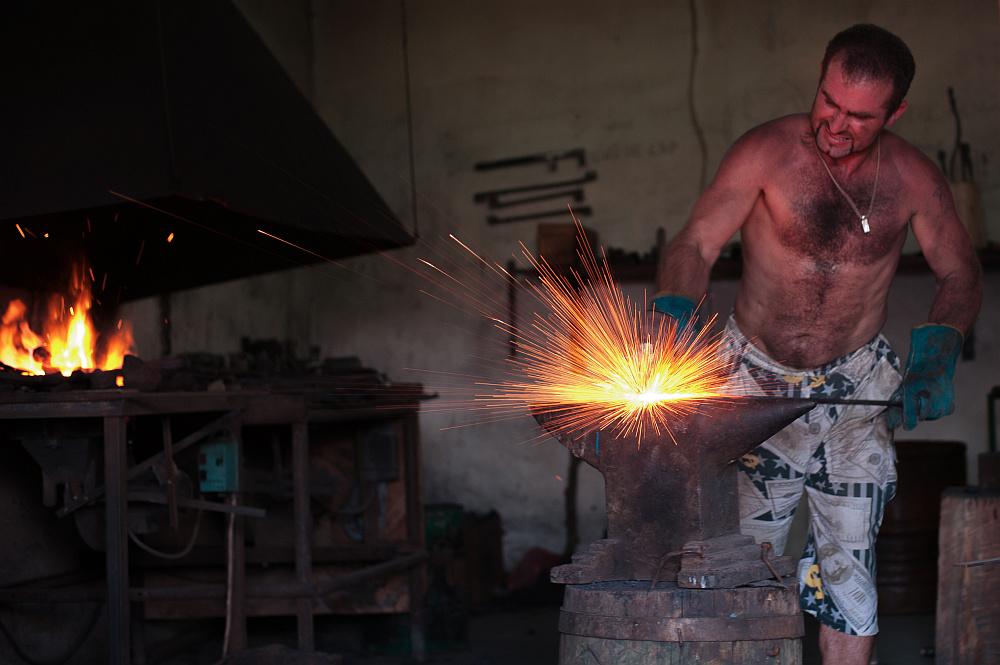 "photo ""blacksmith"" tags: misc., anvil, blacksmith, hammering"