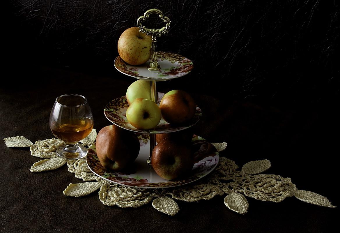 "фото ""***"" метки: натюрморт, бокалы, коньяк, яблоки"