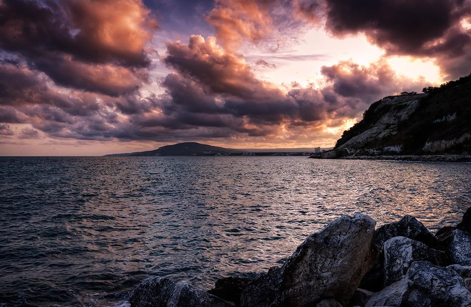 "фото ""Короткий рассказ про лето..."" метки: пейзаж, вода, закат, лето, ночь, облака, скалы, солнце, турист"