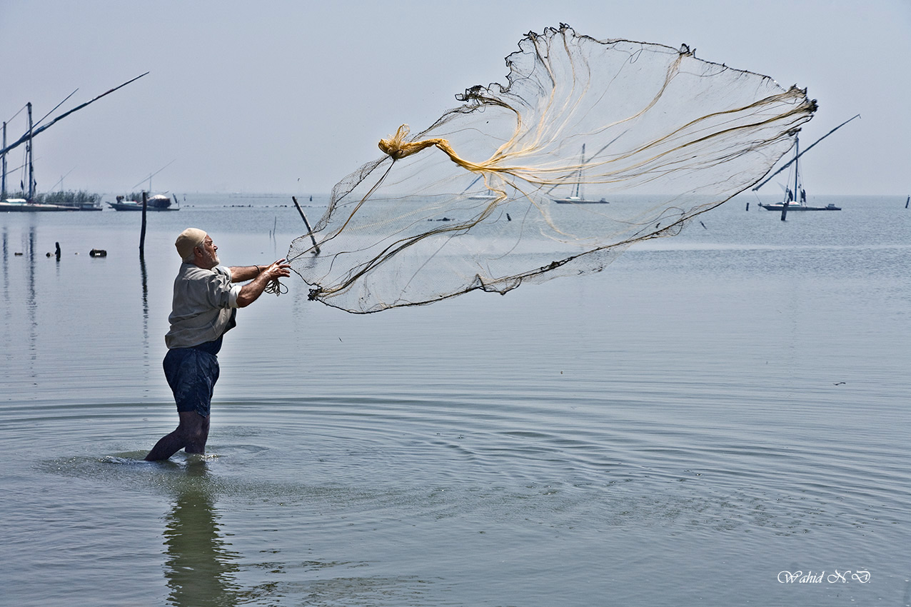 "photo ""Fisherma and his net"" tags: landscape, portrait, travel, Africa, boat, water"