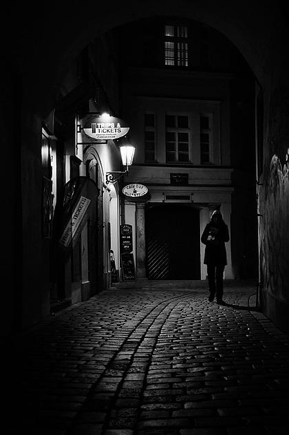 "photo ""Hочной улочка a фигура"" tags: black&white, Prague"
