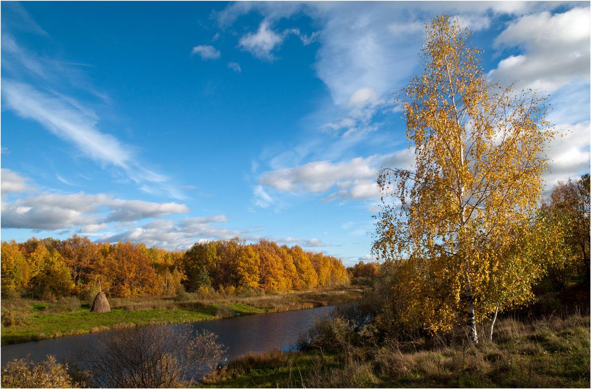 """фото """"Старица"""" метки: пейзаж, путешествия, природа, вода, лес, облака, осень, река, сенокос"""