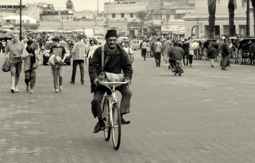 "photo """"The new Aladin..."""" tags: portrait, black&white, city,"