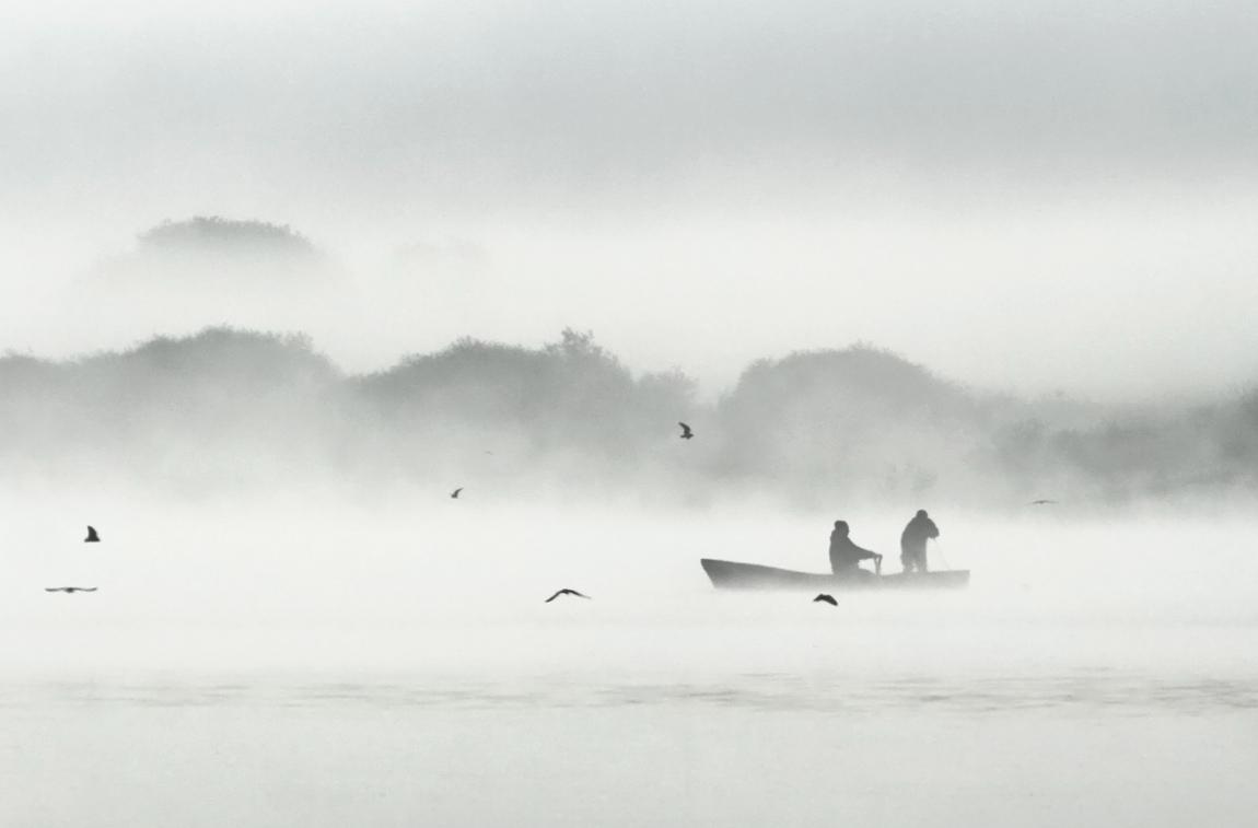 """фото """"Двое в лодке"""" метки: черно-белые, пейзаж, рассвет, река, рыбаки, туман, утро"""