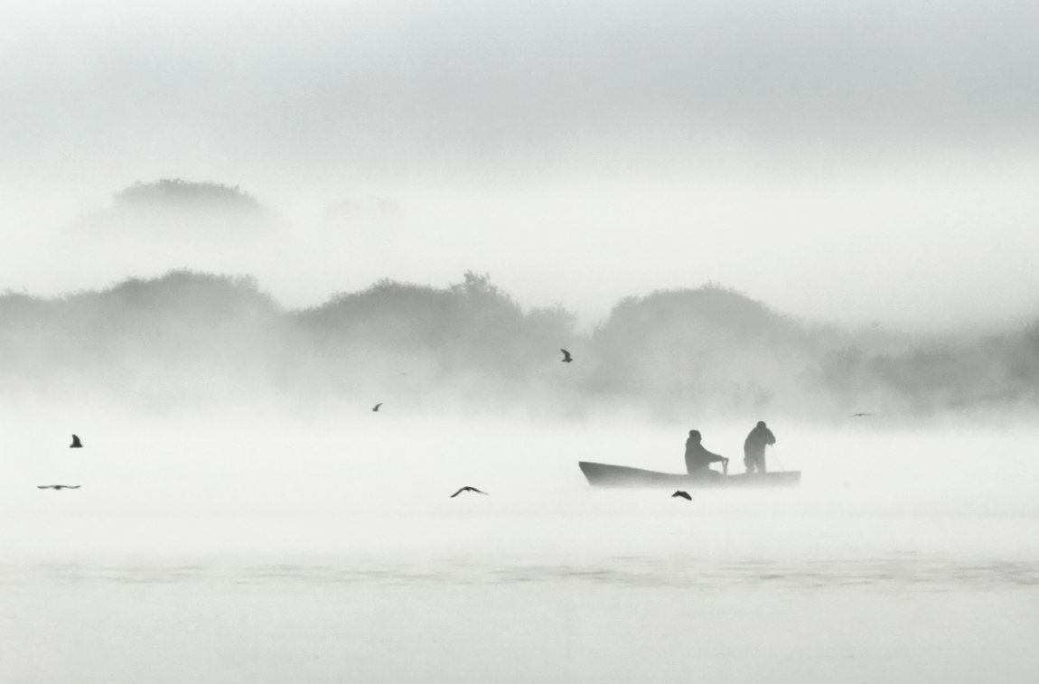 "photo ""***"" tags: black&white, landscape, fog, morning, river, sunrise, рыбаки"