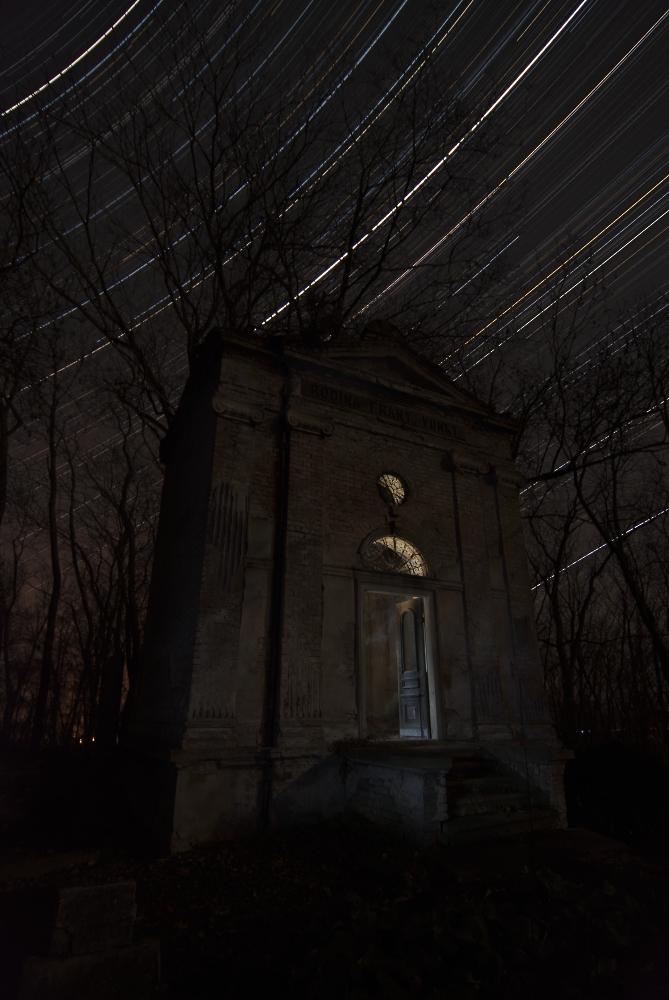 "фото ""Mysterious tomb"" метки: архитектура, пейзаж, Star Trails, astrophotography, midnight, stars, ночь, осень"