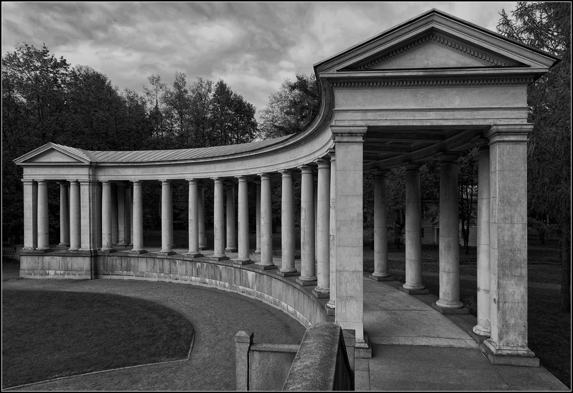 "photo ""colonnade"" tags: architecture, black&white,"