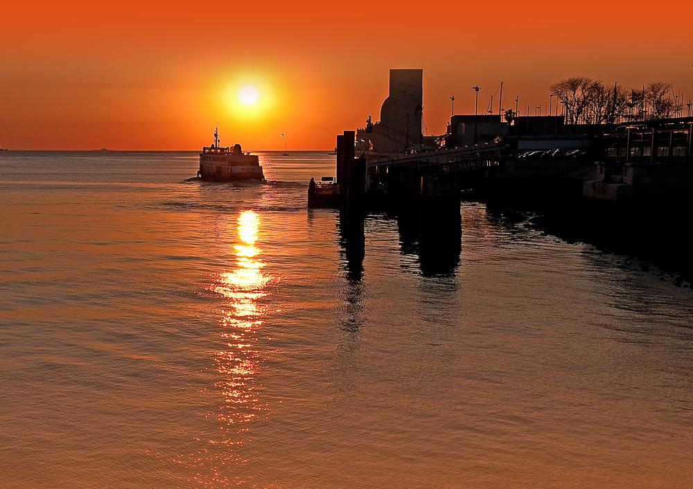 """фото """"Lisbon Sunset"""" метки: пейзаж, панорама, путешествия, Lisbon, city., coastline, estuary, harbour, navigation, sailing, Европа, Португалия, вода, закат, лето, лодки"""