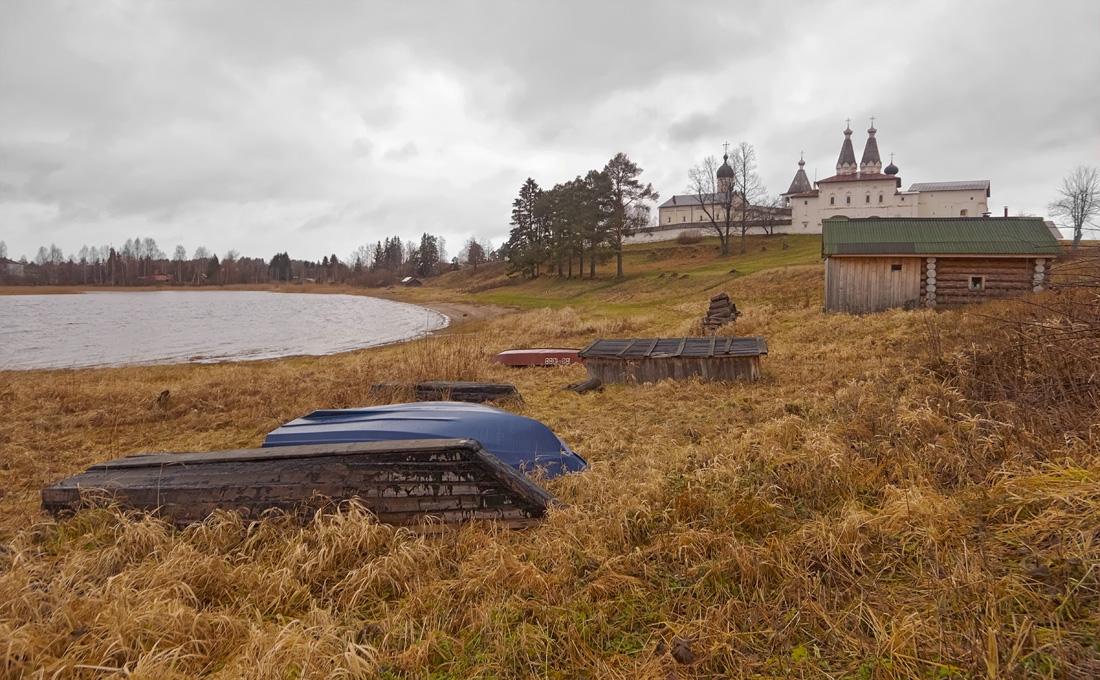 """фото """"Предзимье в Ферапонтово"""" метки: пейзаж, Ферапонтово, лодки, монастырь, озеро, осень"""