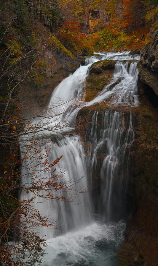 "фото ""Осенний водопад"" метки: пейзаж, путешествия, природа, Европа, Испания, Пиренеи, арагон, вода, водопад, скалы, ущелье, цвет"