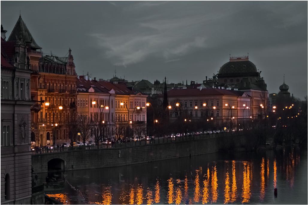 """фото """"Вечер над Влтавой...."""" метки: путешествия, пейзаж, Европа, Прага, дома, закат, река Влтава, фонари"""