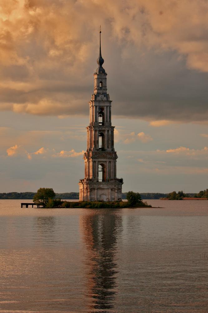 """фото """"В лучах заката"""" метки: пейзаж, архитектура, путешествия, Калязин, Никольский собор, вода, закат, колокольня"""