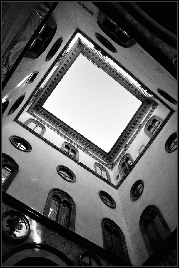 "фото ""небесный колодец"" метки: архитектура, Европа"