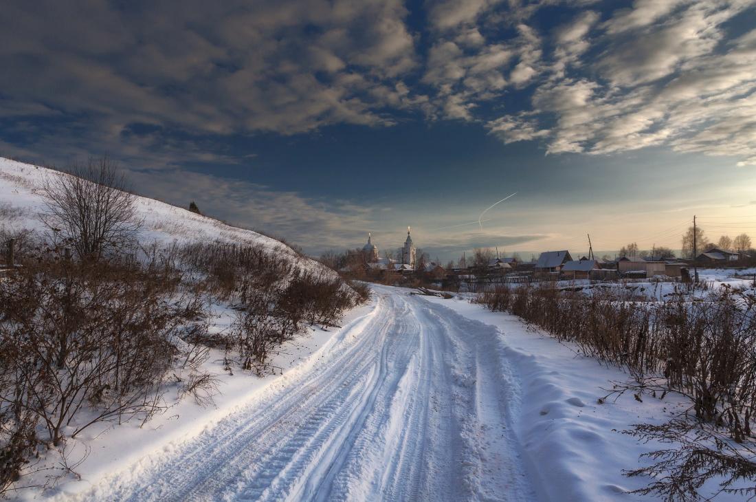 """фото """"Дорога к церкви"""" метки: пейзаж, деревня, дорога, зима, колея, облака, склон, снег, церковь"""