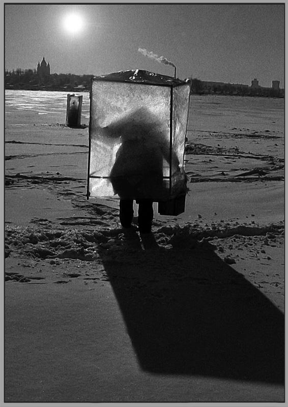 """фото """"тагильская путИна"""" метки: жанр, юмор, черно-белые, водоем, рыбак, снег"""
