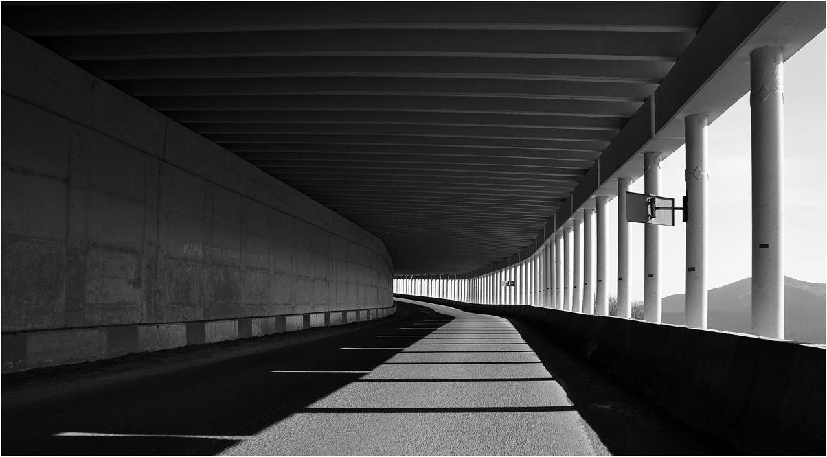 """фото """"***"""" метки: черно-белые, фрагмент, путешествия, Азия, Тоннель, бетон, дорога, тени"""