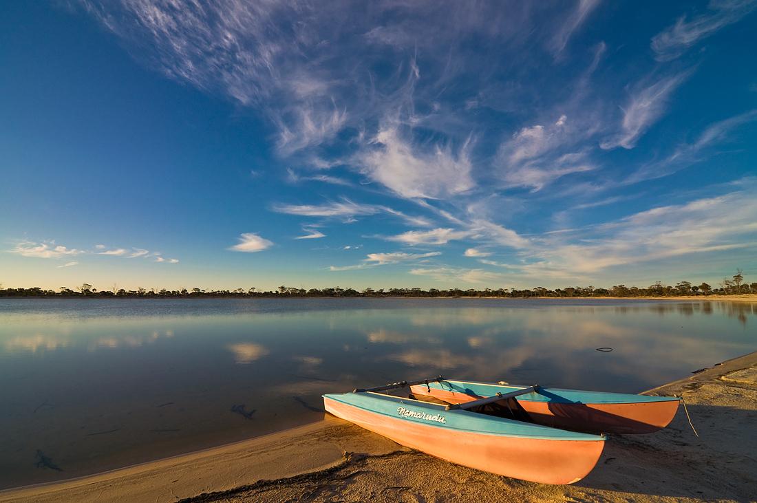 """фото """"Evening at the lake_2"""" метки: пейзаж, вода, лодка, небо, облака, озеро, отражения"""