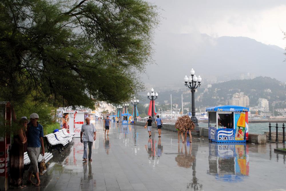 """фото """"Непогода"""" метки: стрит-фото, Набережная, Ялта, дождь, отдых"""