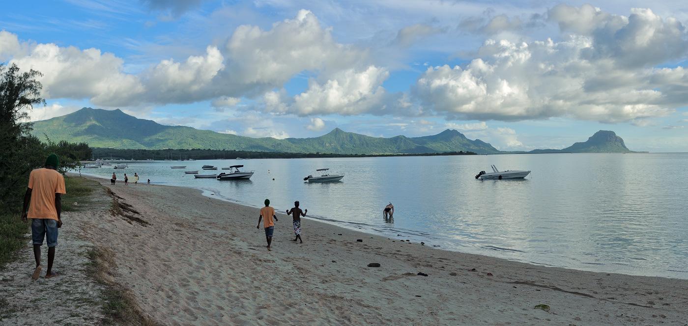 "фото ""Оранжевая майка"" метки: панорама, жанр, путешествия, Африка, Маврикий, берег, вечер, вода, люди, море, мужчина, песок, пляж"