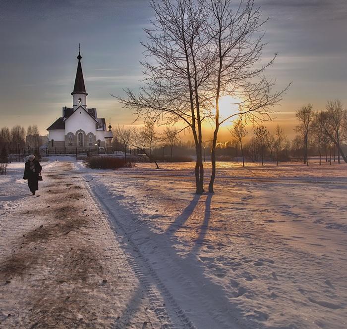 "фото ""Ответов всё исчё нет"" метки: , зима, молитва, снег, солнце, холод, церковь, человек"