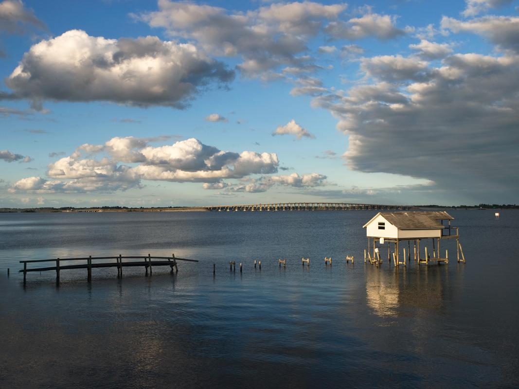"""фото """"Путь к дому"""" метки: пейзаж, архитектура, дом, причал, река"""