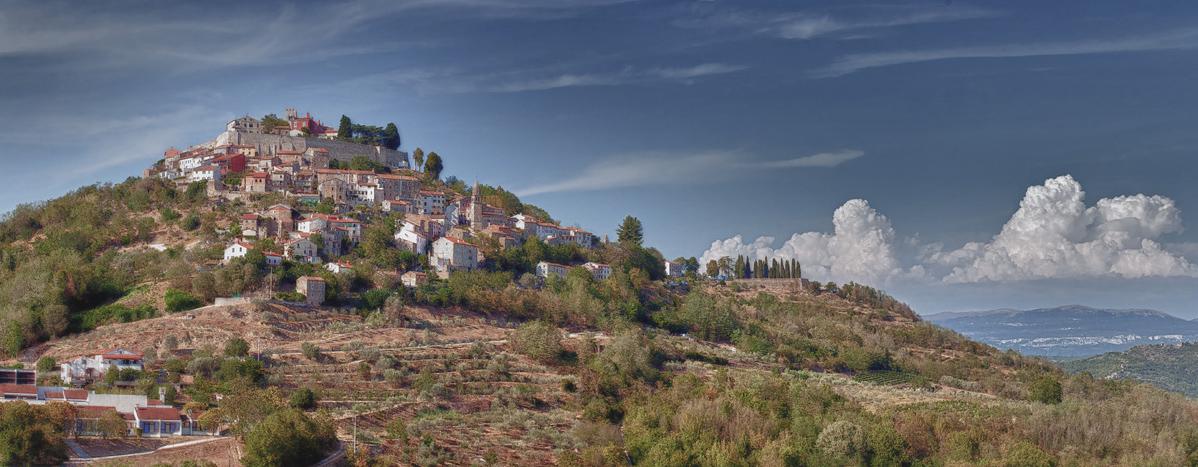 """фото """"Мотовун"""" метки: панорама, пейзаж, Истрия, Мотовун, Хорватия, горы, лето, облака"""