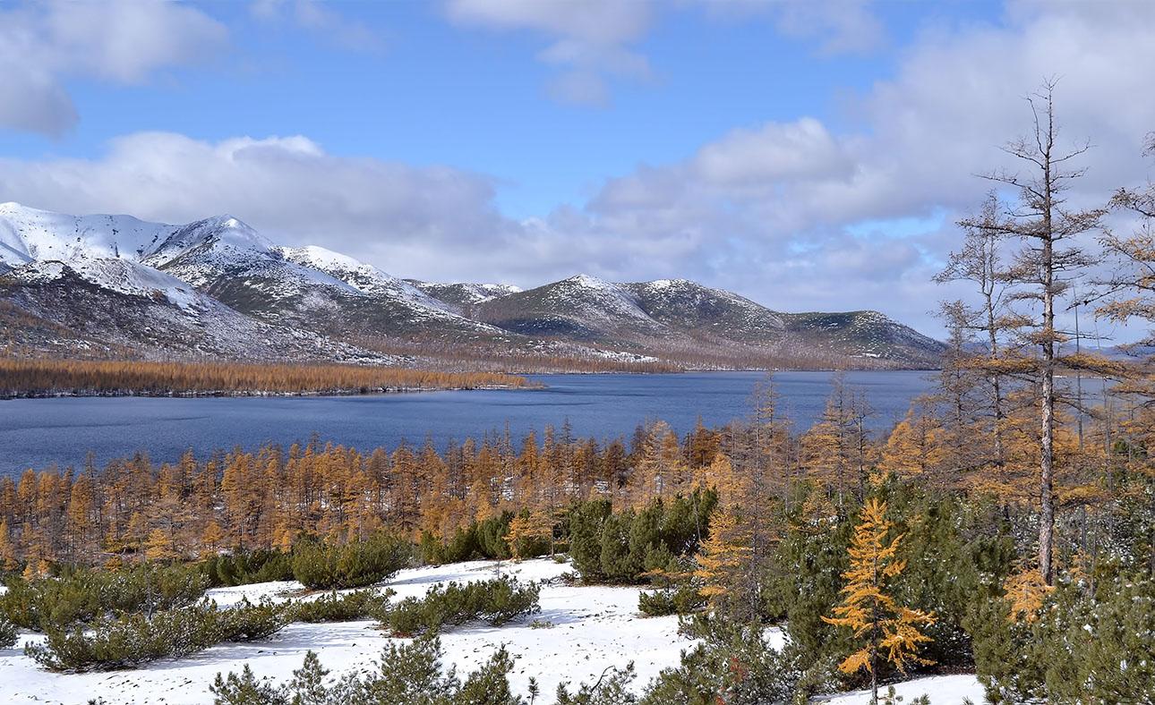 """фото """"Озера Колымы"""" метки: пейзаж, горы, лес, небо, озеро, снег"""