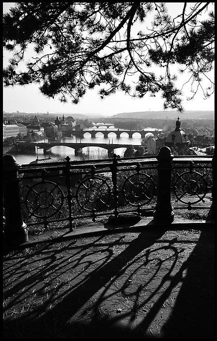 """photo """"Bзгляд через перила"""" tags: black&white, city, Prag, Prague, Praha"""