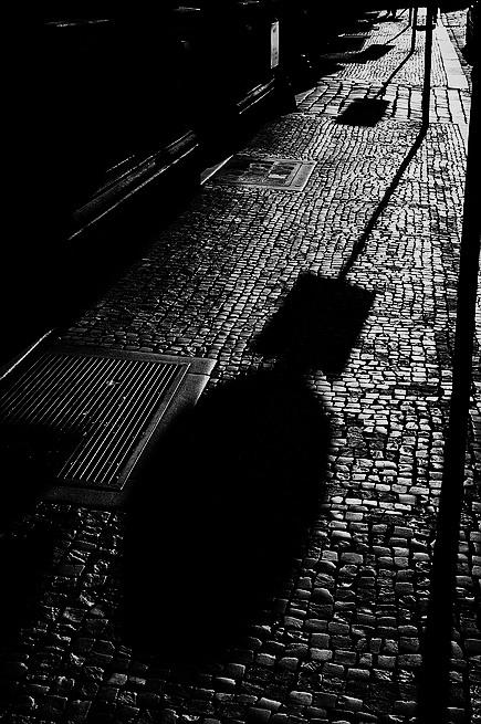 """photo """"Tротуар a тени"""" tags: black&white, Prag, Prague, Praha"""