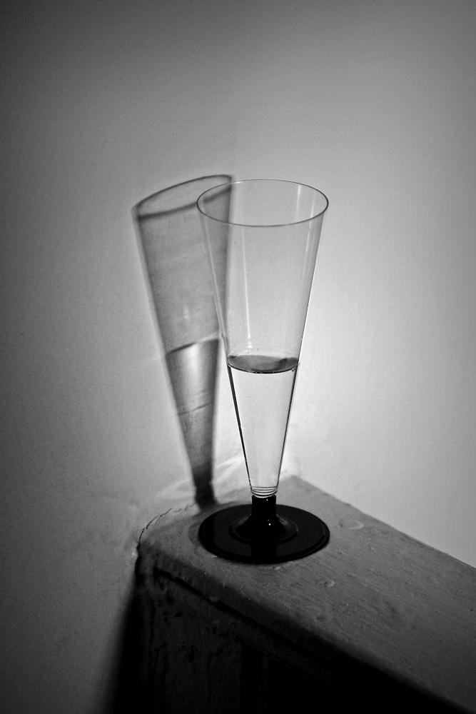 "фото ""So Lonely I Could Die"" метки: , black  white, champagne, glass"