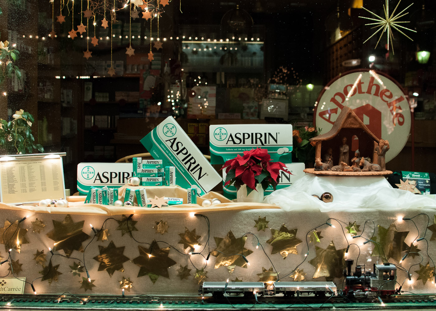 "фото ""Счастливого рождества от Bayer AG"" метки: путешествия, город, аптека, аспирин, витрина, рождество"