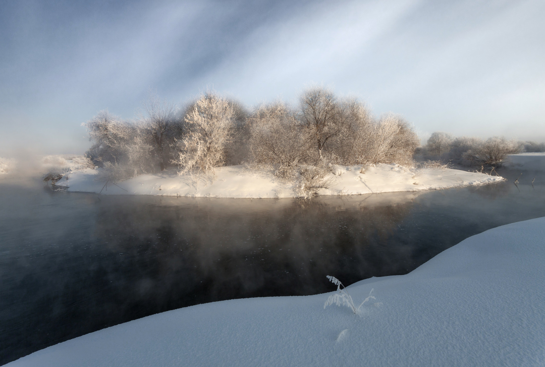 "photo ""***"" tags: landscape, forest, snow, water, winter, Речка, деревья, кустик, мороз, островок, сугробы"