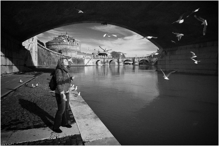 """photo """"A proposito di alimentazione gabbiani sulle rive del Tevere"""" tags: black&white, genre, city,"""
