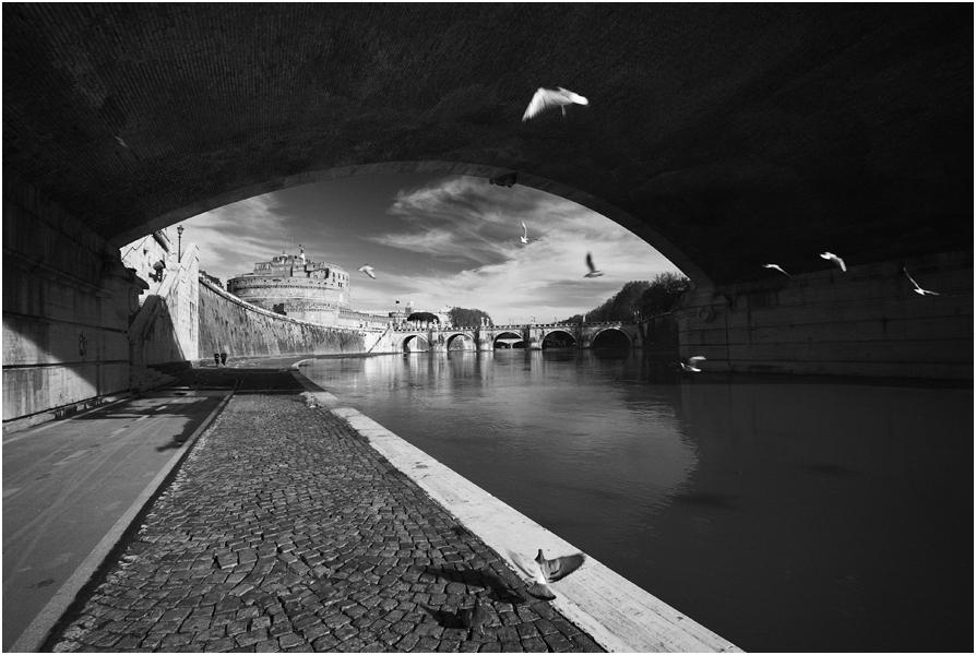"""photo """"Vista di Castel Sant'Angelo per l'argine del Tevere"""" tags: black&white, landscape, city,"""