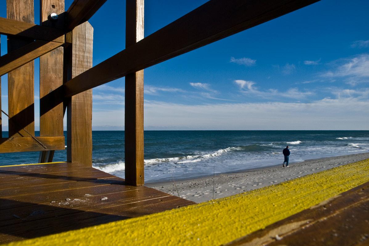"""фото """"Прогулка по зимнему пляжу"""" метки: природа, жанр, берег, океан, пляж, человек"""