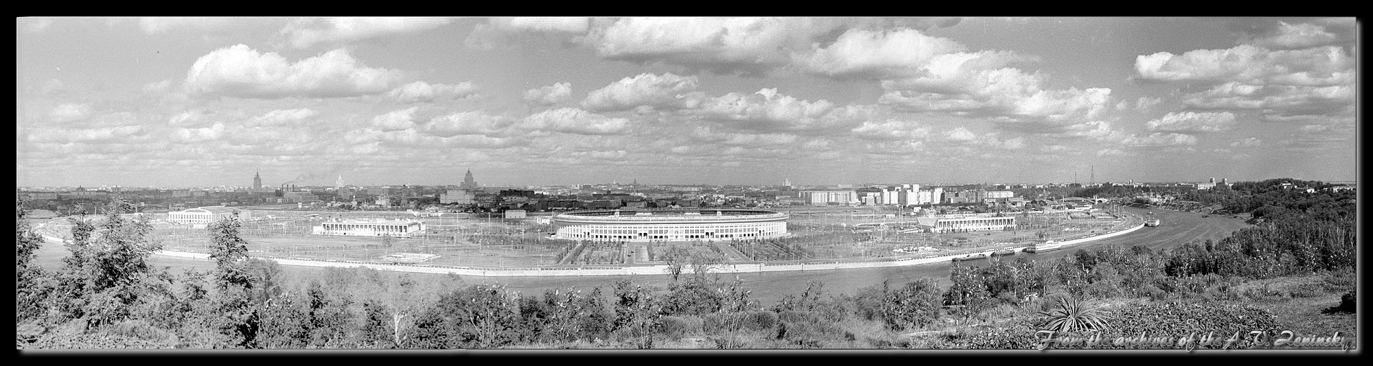 "photo ""Panorama of Moscow from Sparrow (Lenin) Mountains"" tags: landscape, black&white, panoramic, Europe, building, clouds, summer, tower, water"