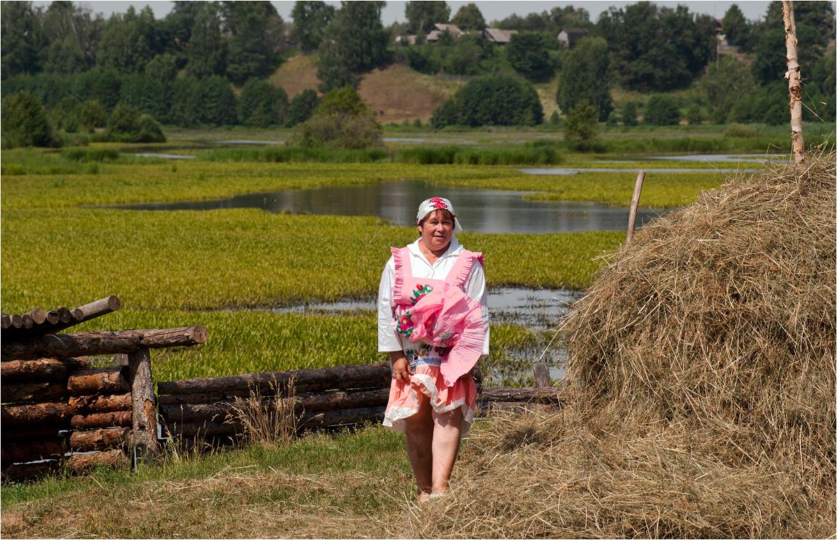 "photo ""***"" tags: genre, street, grass, summer, water, woman, деревня, сенокос"