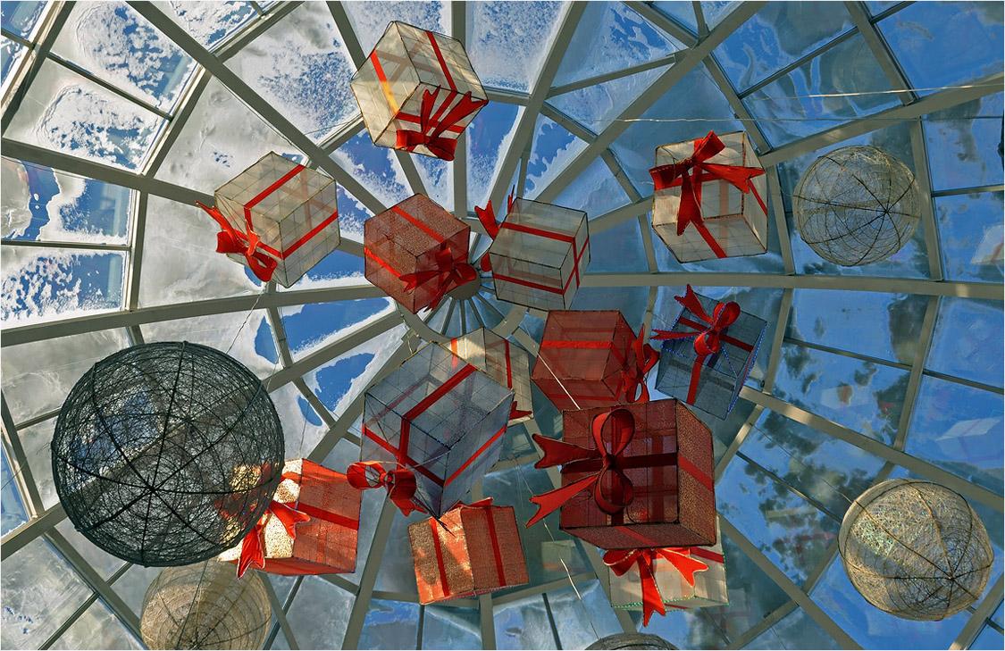 """фото """"«Гринвич» - Екатеринбург"""" метки: натюрморт, зима, небо, окно, подарки"""