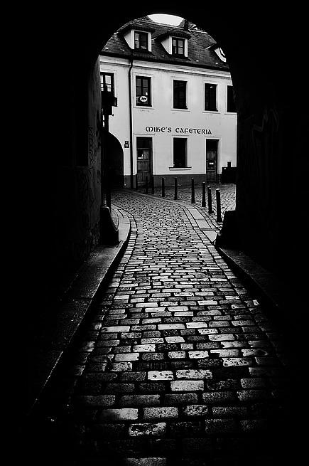 """фото """"Проход a мостовая"""" метки: черно-белые, Prag, Praha, Прага"""