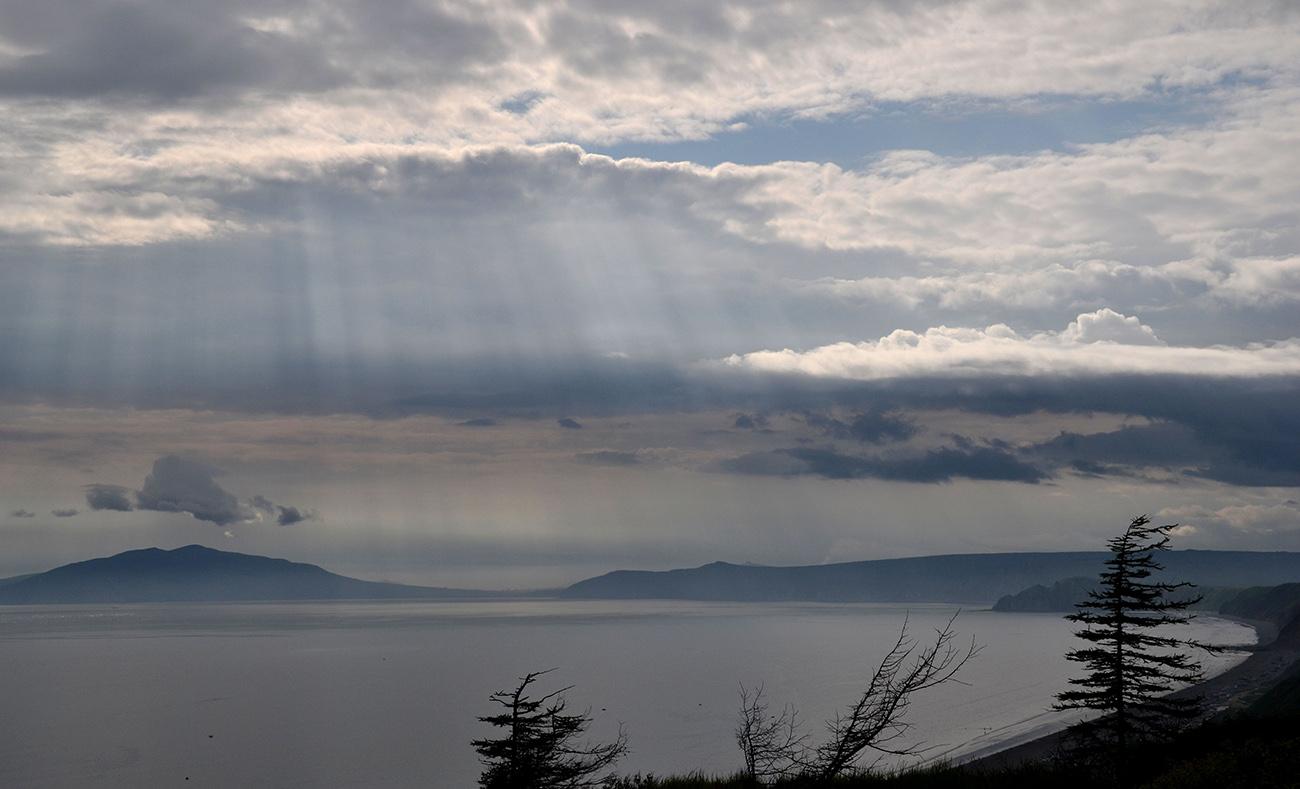 """фото """"Сквозь облака"""" метки: пейзаж, море, небо, облака, солнечные лучи"""