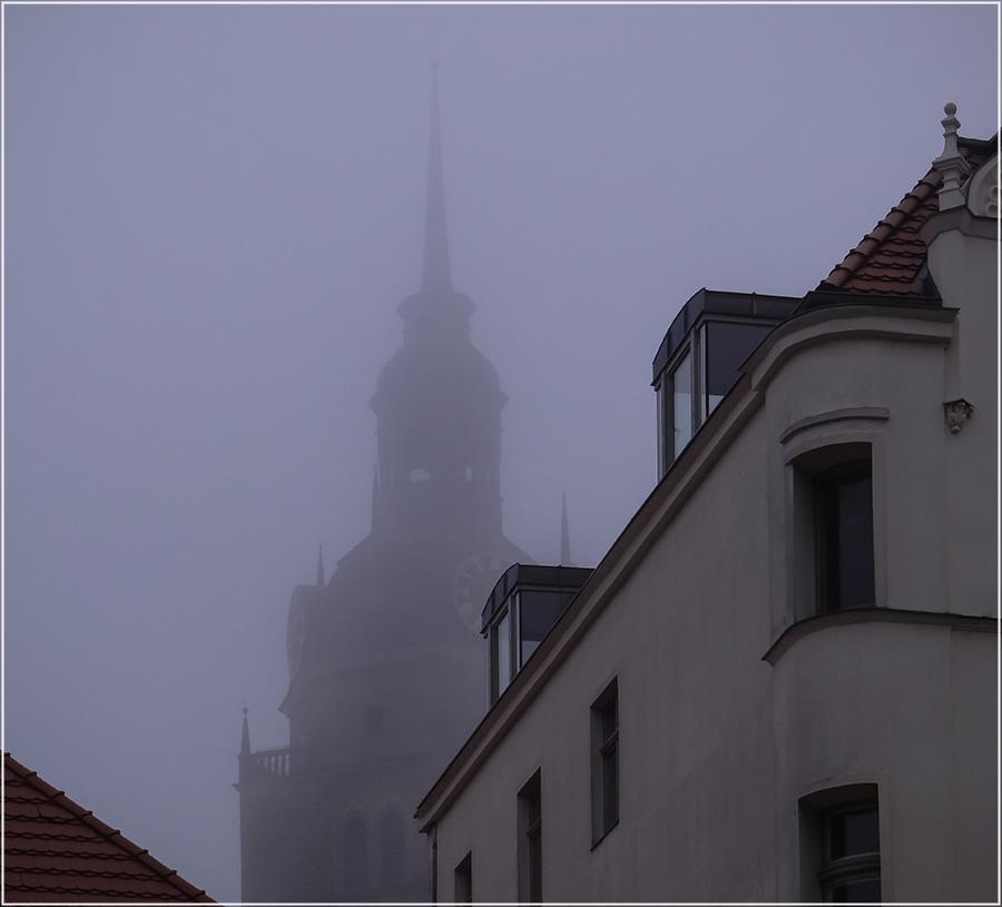 """фото """"Один зимний день в сквозном проёме..."""" метки: разное, фрагмент, foto liubos, дома, крыши, окно, церковь"""