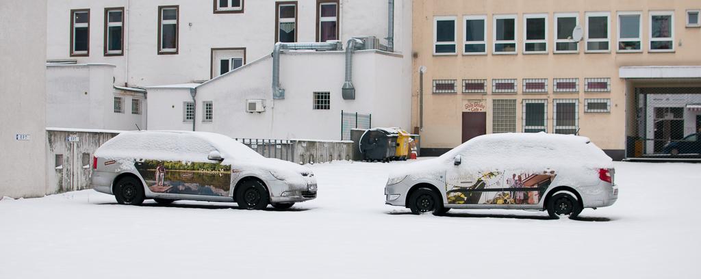 """фото """"Заснеженные близнецы"""" метки: путешествия, город, машины, снег, стоянка"""