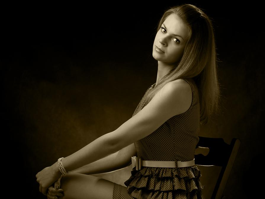 """фото """"ДевИца в темнИце"""" метки: портрет, черно-белые, девушка, поза, студия"""