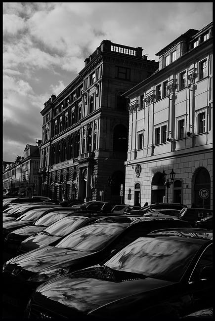"photo ""Дома и автомобили"" tags: black&white, Prag, Prague, Praha"