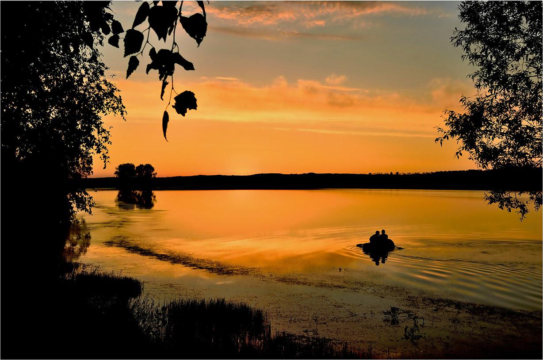 """фото """"на рыбалке"""" метки: пейзаж, Восход, вода, деревья, лето, лодка, небо, облака, отражения, пруд, река, рыбаки"""